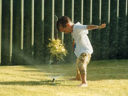kid_in_sprinkler